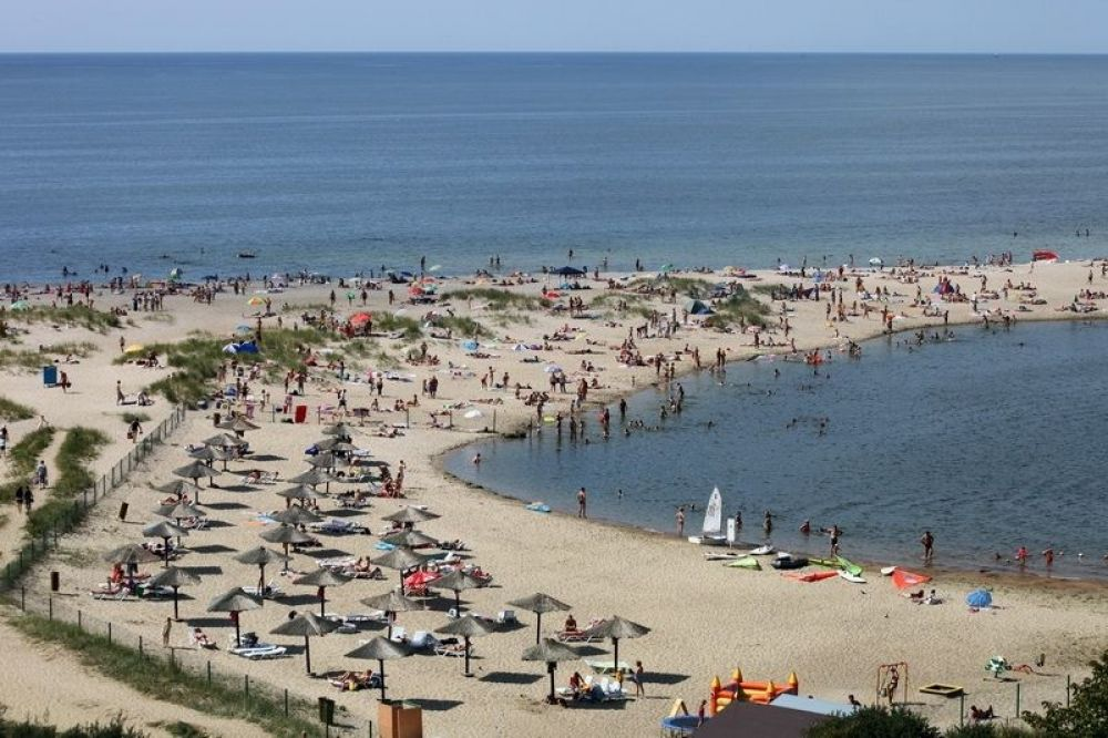 Общая длина пляжа - 4 км, обустроено 300 метров.