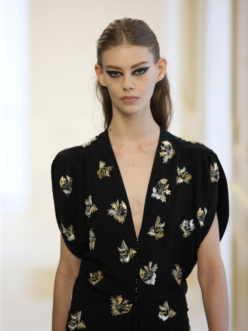Над этим платьем поработали Серж Рафье и Люси Мейер, которые тоже являются частью бренда Кристиан Диор