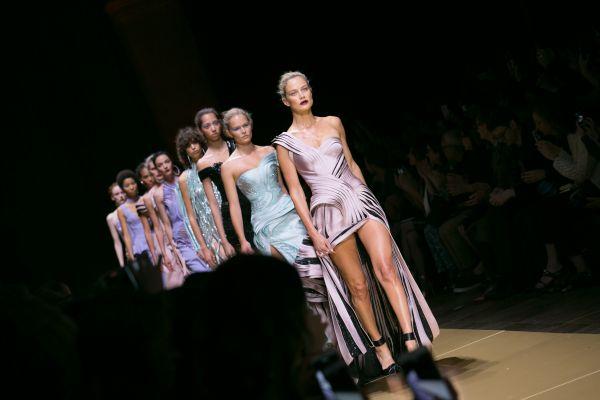 Также на неделе мод в Париже была представлена новая коллекция от Версачи