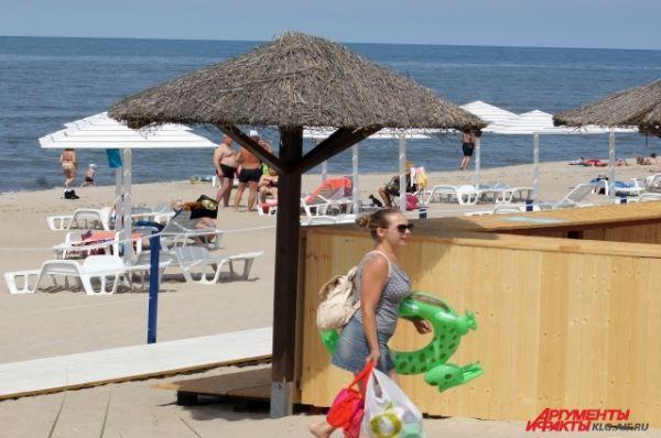 На пляже есть кабины для переодевания, душевые, фонтанчики для питья. Закупают шкафчики для хранения личных вещей.