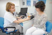Давление можно бесплатно измерять хоть каждый день, а проходить профилактический осмотр раз в год.