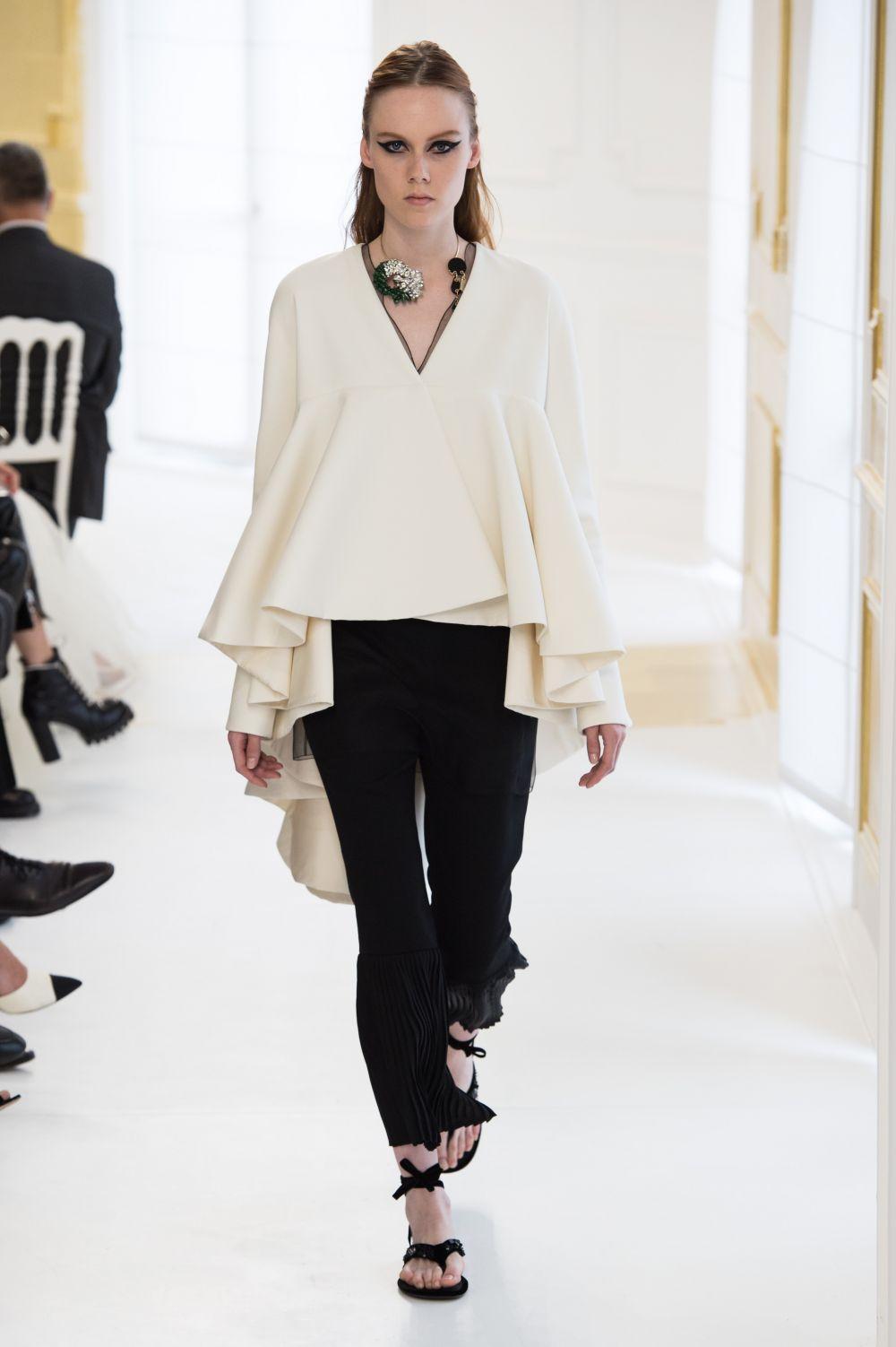 У Диор были представлены в основном более классические оттенки цвета одежды: белый и черный