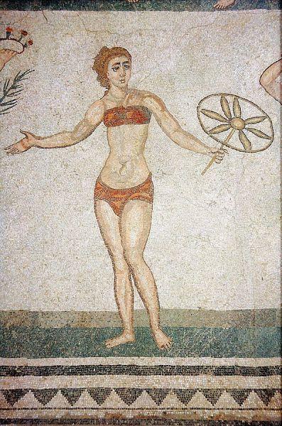 Говорить о «купальном костюме» древности, Средневековья, Ренессанса и последующих эпох не приходится. В те времена люди купались либо вовсе без одежды, либо в нижнем белье. На фресках в Помпеях и в некоторых других местах бывшей Римской империи изображены женщины в костюмах, напоминающих современные бикини, однако позже эта традиция была забыта на долгие века.