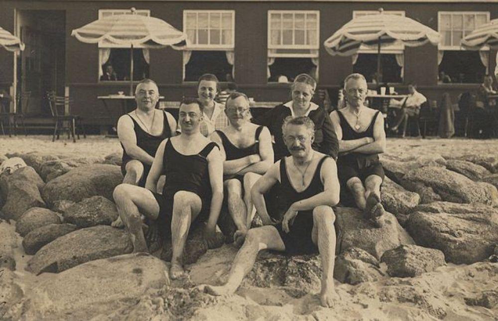 К началу XX века купальный костюм становится проще и демократичнее, а главное — короче. Исчезают оборки, окончательно уходят в прошлое «купальные чулки».