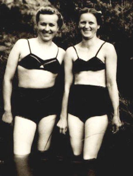 Советские женщины в купальниках, 1940-е.