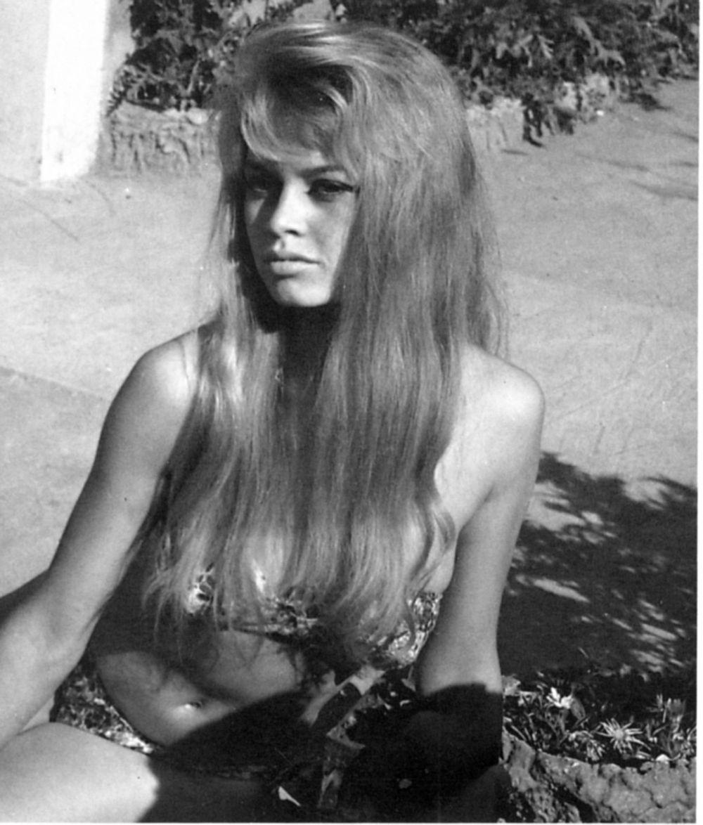 Значительный вклад в популяризацию бикини внесли актрисы Брижит Бардо и Мэрилин Монро.В 1956 году вышел фильм «И Бог создал женщину», где очаровательная Бриджит показала, насколько соблазнительной можно быть в подобном купальнике.