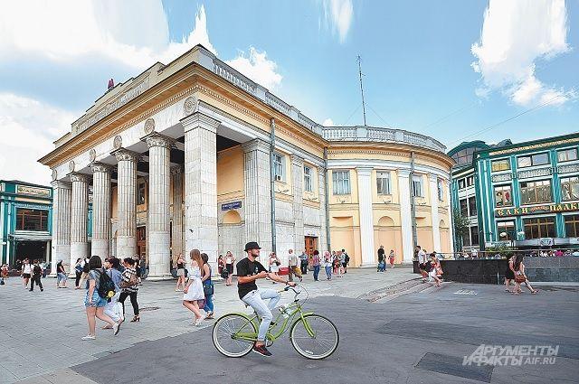 У станции метро «Новослободская» после демонтажа незаконных построек теперь можно и пройти, и проехать.
