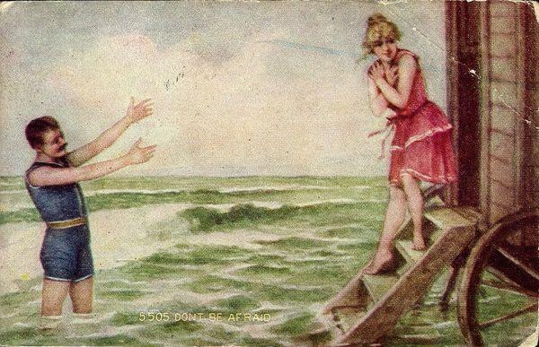 Однако в викторианской Англии совместное купание мужчин и женщин даже в специальных костюмах осуждалось, поэтому были изобретены специальные купальные машины, закрывающие купающихся от посторонних глаз.