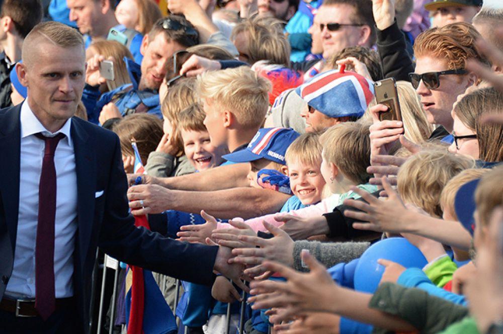 Футболист сборной Исландии Ари Фрейр Скуласон во время встречи с болельщиками.