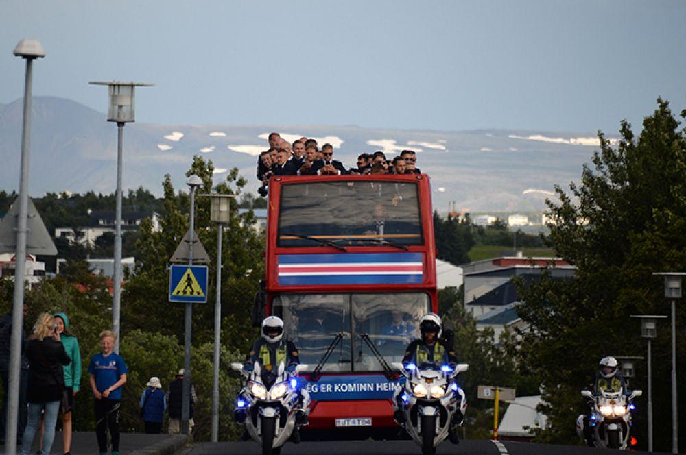 Из аэропорта на специальную сцену в центре города команда проехала на двухэтажном автобусе с открытой крышей.