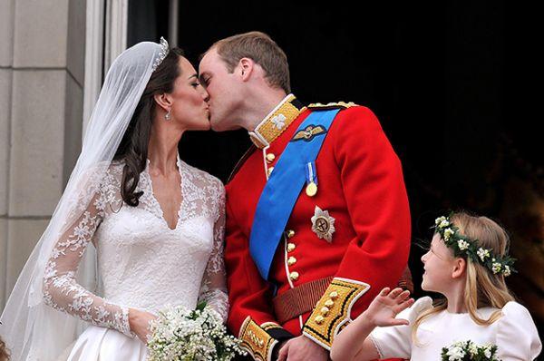 Поцелуй принца Уильяма и Кейт, герцогини Кэмбриджской, на балконе Букингемского дворца после свадебной церемонии 29 апреля 2011 года.