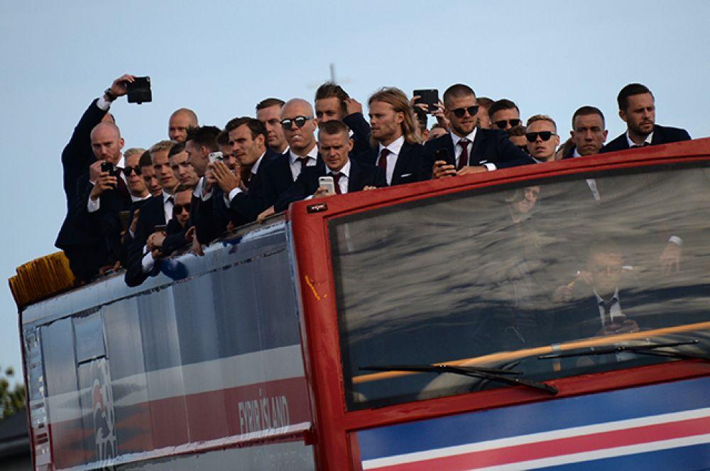 Футболисты сборной Исландии, прибывшие в Рейкьявик с чемпионата Европы по футболу.