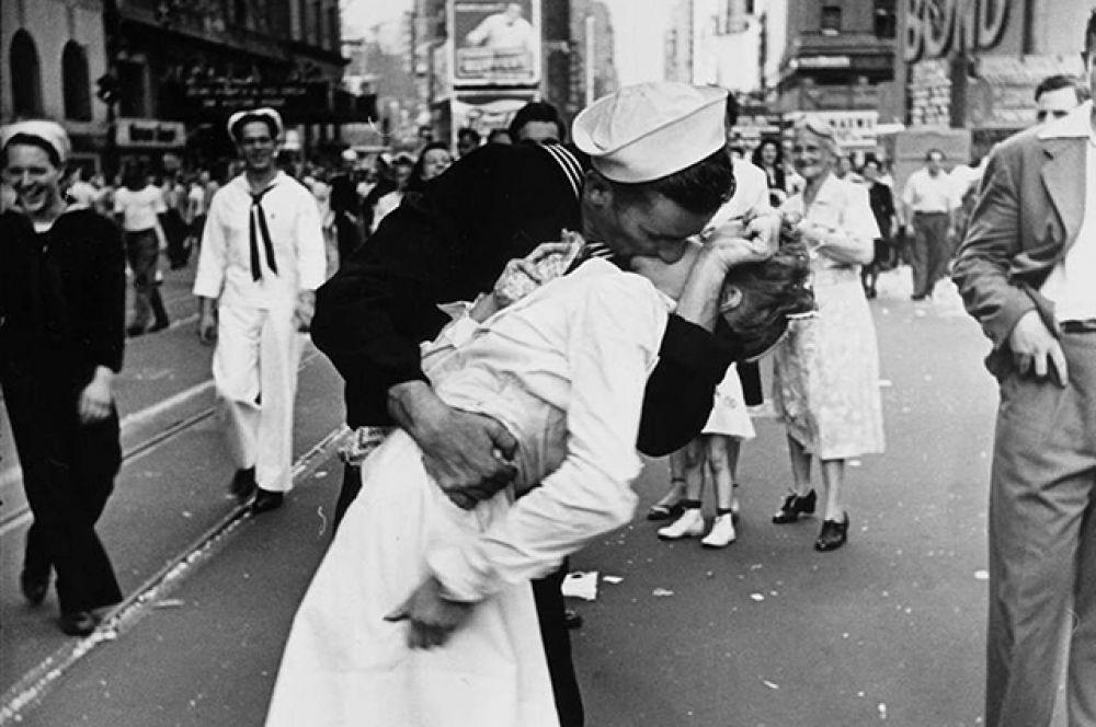 Поцелуй на фотографии Альфреда Эйзенштадта, на которой запечатлён американский моряк Гленн Макдаффи и медсестра Эдит Шейн в День Победы над Японией 14 августа 1945 года на Таймс-сквер в Нью-Йорке.