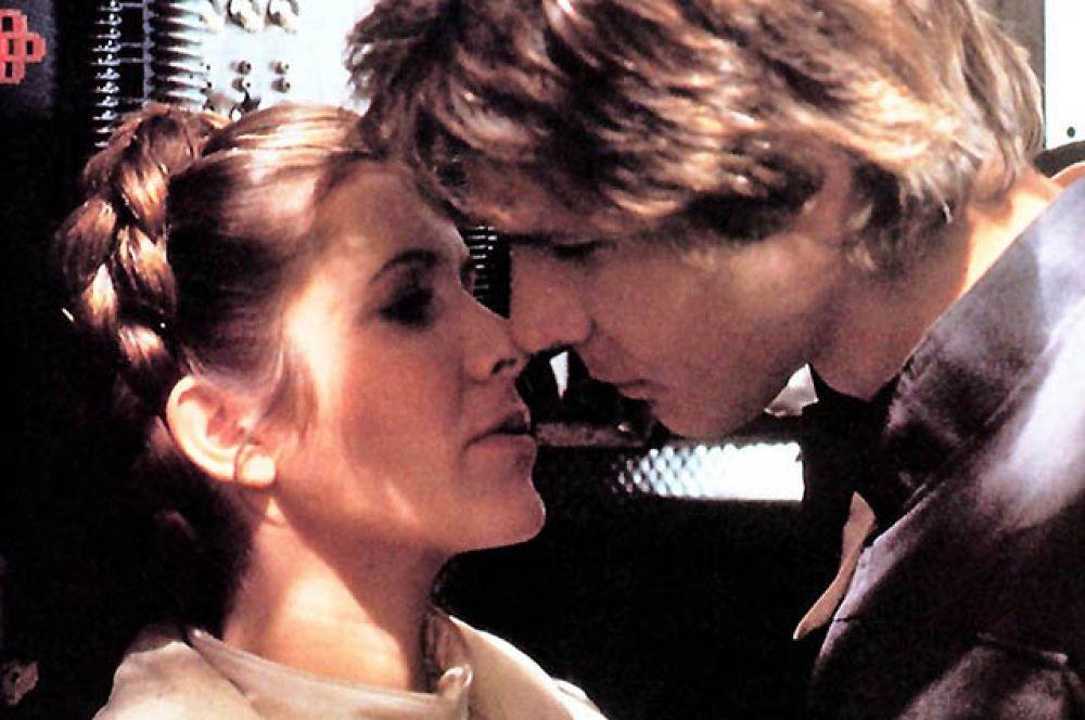 Поцелуй Хана Соло и принцессы Леи во втором фильме «Звездных войн».