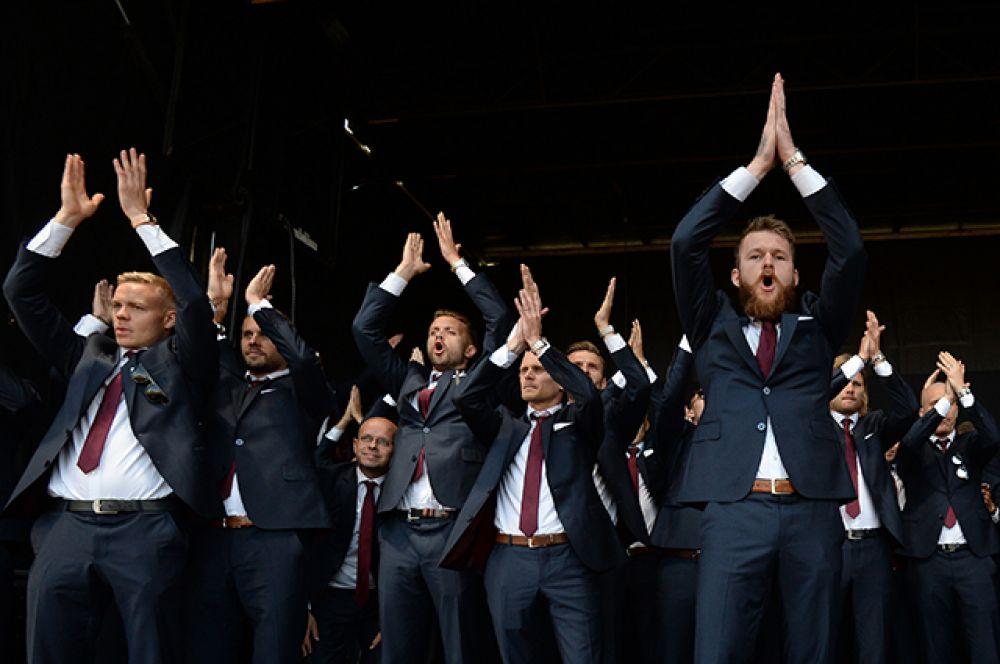 Футболисты сборной Исландии Колбейнн Сигторссон, Гилфи Тор Сигурдссон, Кари Арнасон, Ари Фрейр Скуласон и Арон Эйнар Гуннарссон (слева направо) во время встречи с болельщиками.