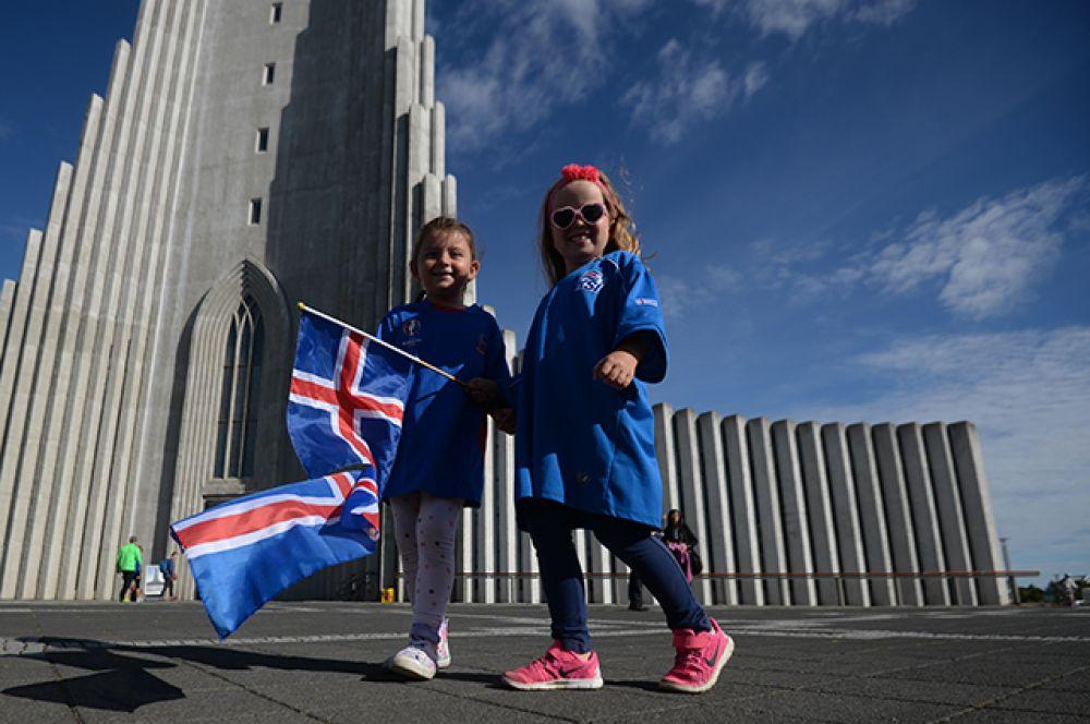 Юные болельщицы сборной Исландии, встречающие футболистов сборной Исландии, прибывших в Рейкьявик с чемпионата Европы по футболу - 2016.