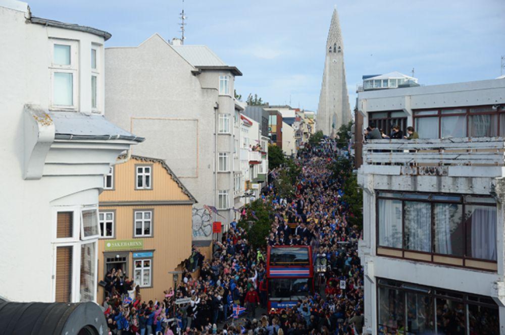 У сцены сумасшедшими овациями «викингов» встречали несколько десятков тысяч человек.