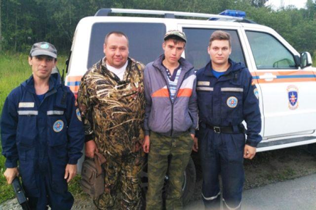 Потерявшийся турист вместе со спасателями.