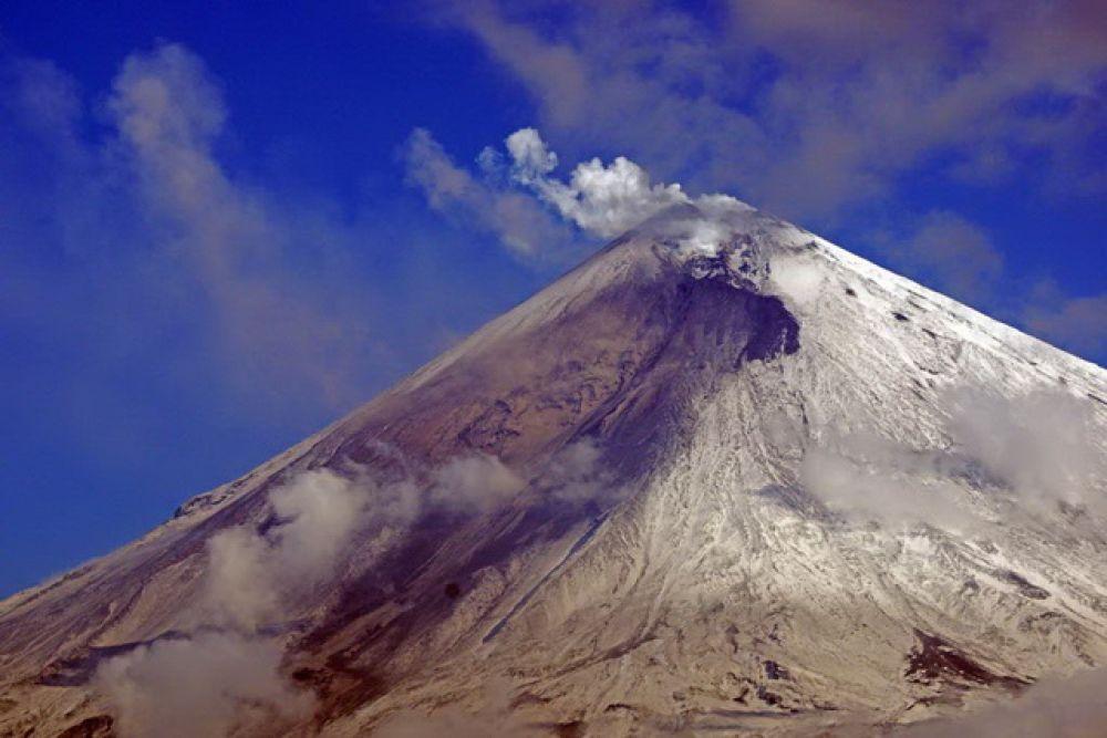 На вулкане фиксируются пепловые выбросы до 8 километров над уровнем моря.