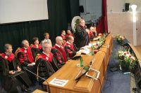 Красные дипломы отличникам по традиции вручает ректор университета.