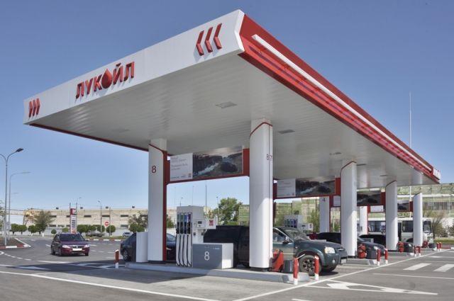 Стоимость топлива складывается из многих факторов, и нефть играет в них далеко не первую роль.