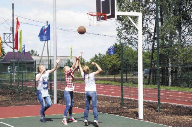 Более 200 участников Дубровской школы будут тренироваться на современном стадионе.
