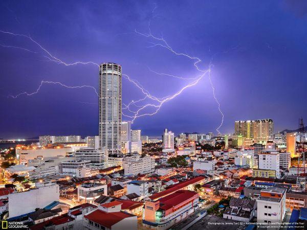 Jeremy Tan со своим фото сделанным в Малайзии во время грозы занял третье место в городской категории