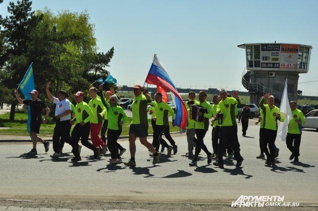 В марафоне каждый год принимает участие много иностранцев.