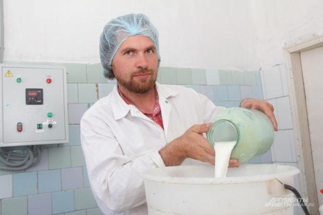 В России Данил Фольман научился всему - и корову доить, и сыр варить.