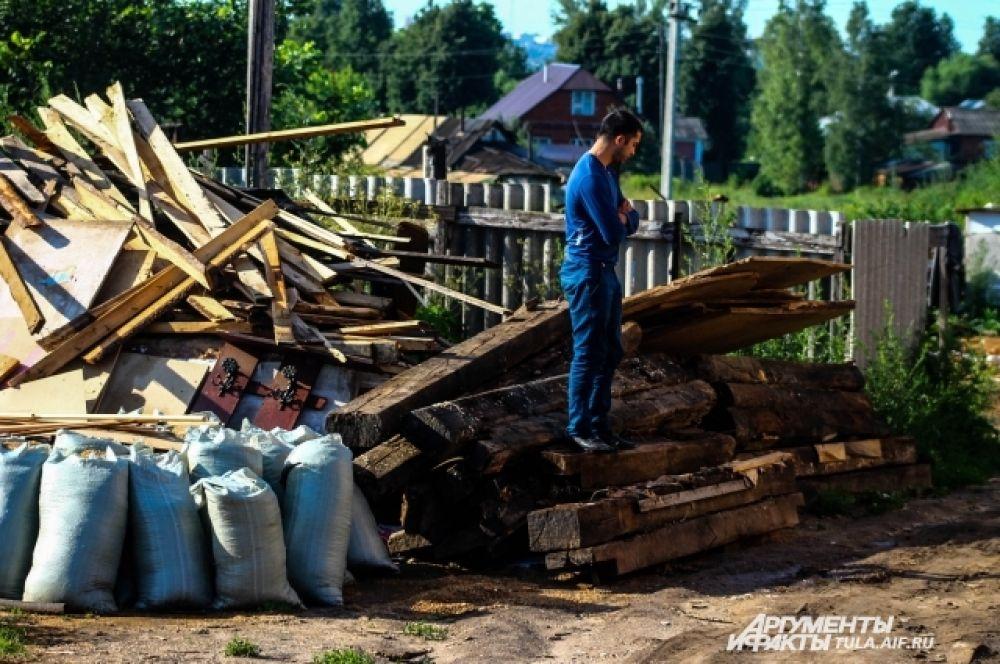 В работах по сносу незаконных построек были задействованы три экскаватора, пять ломовозов, пять самосвалов, один погрузчик