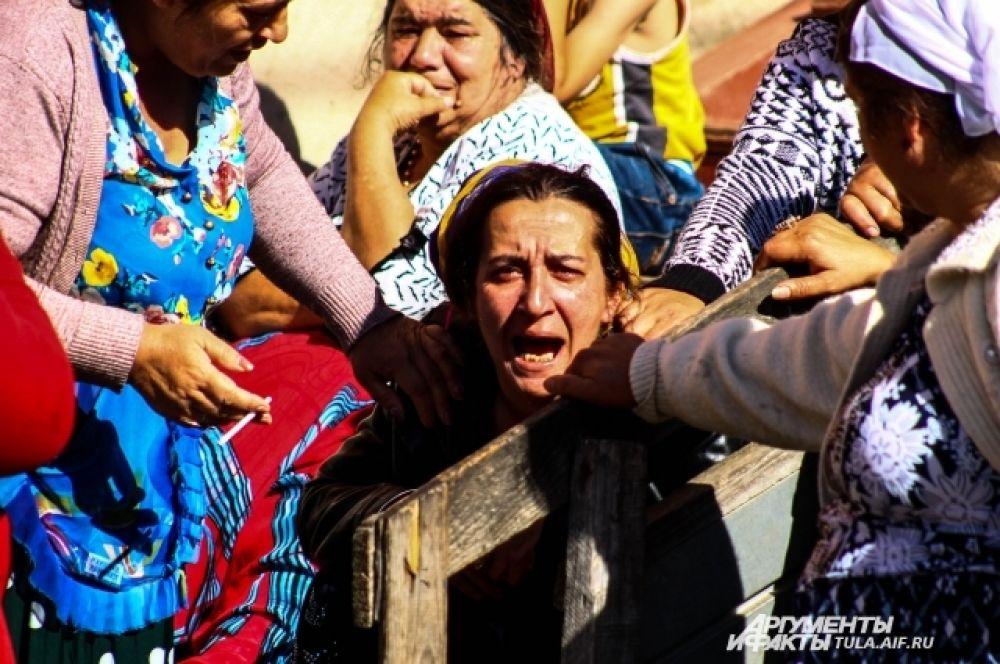 Во время сноса домов цыганки начинают сыпать проклятия