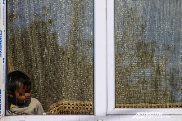 За сносом первого дома цыгане наблюдают из окон соседних домов