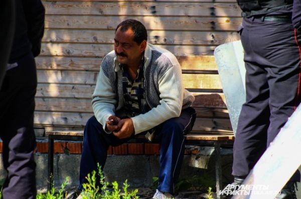 Во время сноса кто-то нервно курит, кто-то обреченно сидит и смотрит, как дома сравнивают с землей