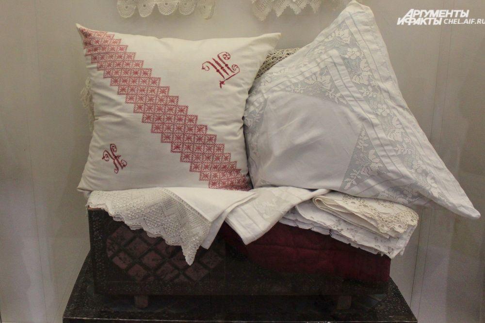 Приданное. В него в первую очередь входили  сделанные вручную перины, подушки, самотканые наволочки, простыни.