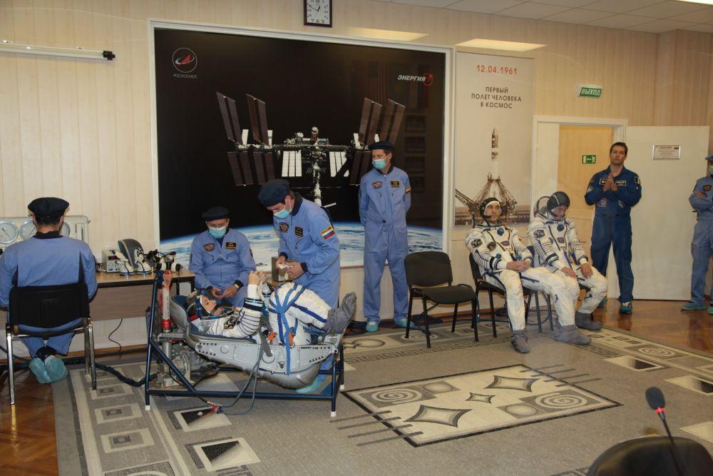 В основном экипаже есть женщина - микробиолог из США Кэтлин Рубинс (на фото её готовят). Это её первый полёт в космос.