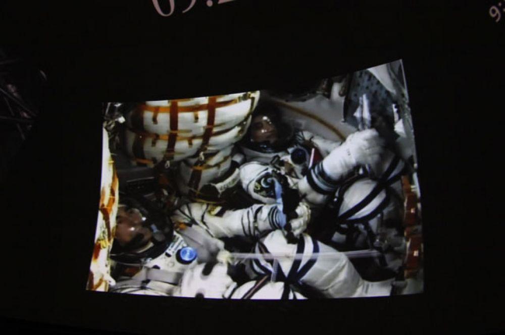 До МКС в обновлённом корабле космонавты будут лететь двое суток - более длинную схему сближения и стыковки выбрали ради безопасности людей на борту, поскольку полёт испытательный. На фото, которое сделано внутри корабля перед стартом, Анатолий Иванишин слева.