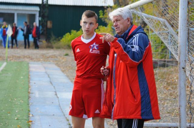 Владимир Евглевский, тренер команды «Алтай», со своим подопечным.