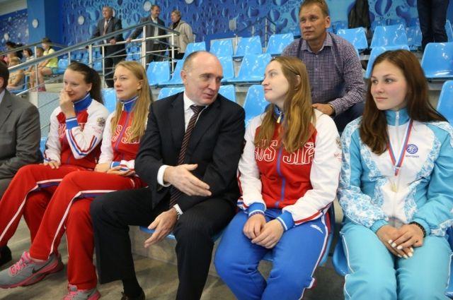 Борис Дубровский вместе с девушками из команды «Динамо-Уралочка» посмотрел показательные выступления.