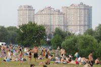 Москвичи отдыхают на пляже в московском районе Строгино.