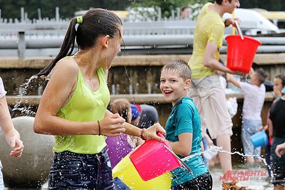Именно в фонтане многие и пополняли запасы воды, чтобы обливать участников.