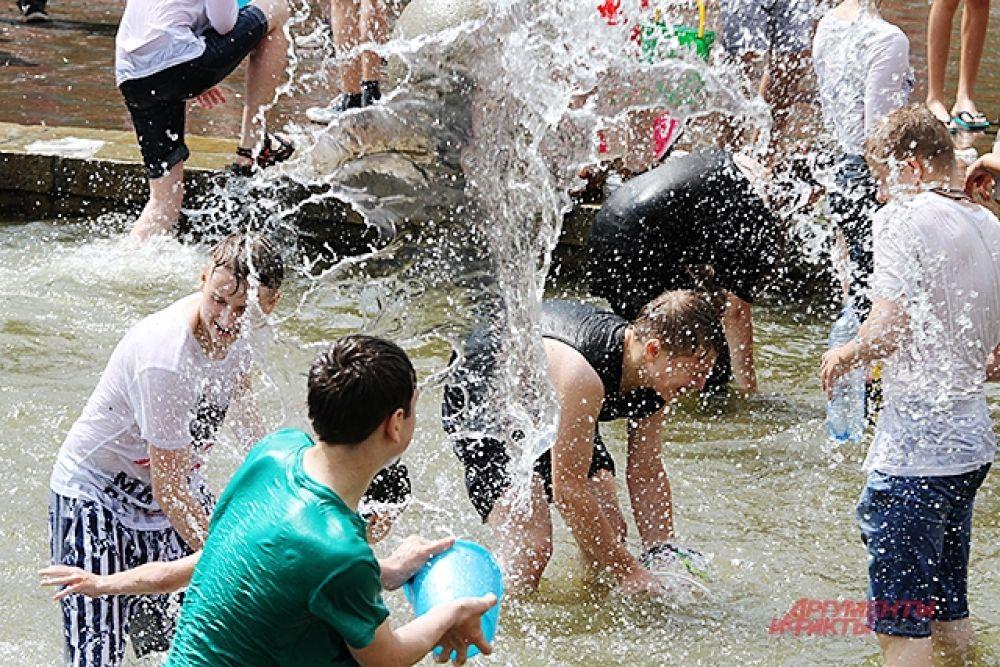 Участники порой не выходили из фонтана и обливались в нём.