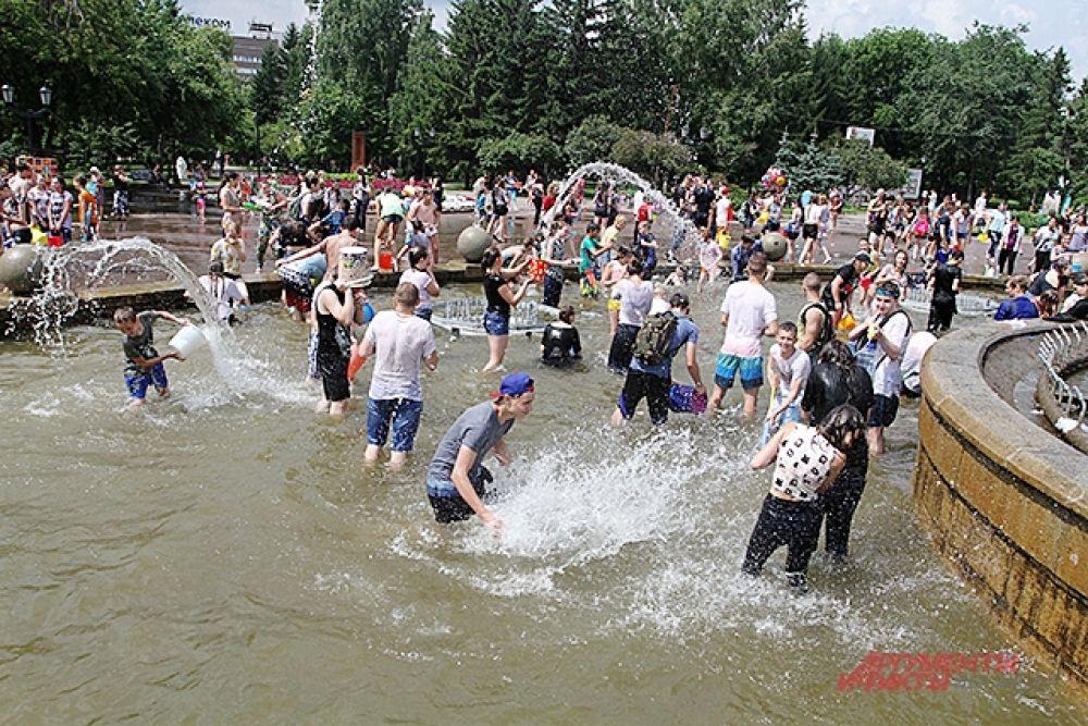 Желающих залезть в фонтан было много.