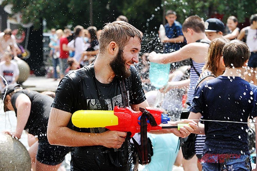 На водную битву пришли не только дети и молодёжь, но и люди более старшего возраста.