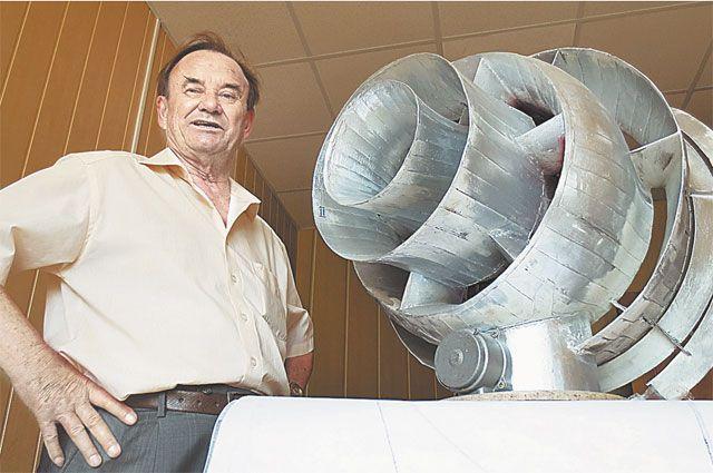 Виктор Скляров с макетом своей чудо-машины. Фото Дмитрия Владимирова.