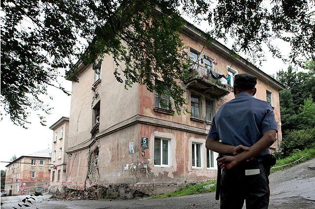 Дом №5 по улице Руднева во Владивостоке, официально признанный аварийным, но не расселенный, дал трещину.
