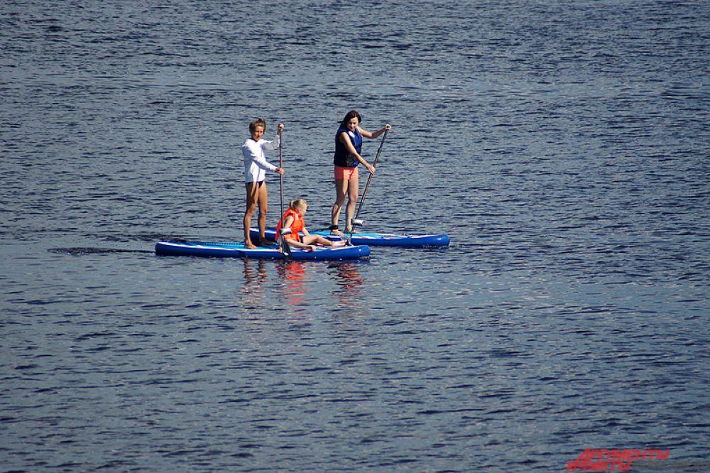 Желающие могут покататься на воде на специальных лодках.