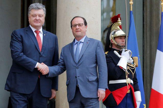Президент Франции Франсуа Олланд приветствует президента Украины Петра Порошенко перед началом встречи вЕлисейском дворце вПариже.