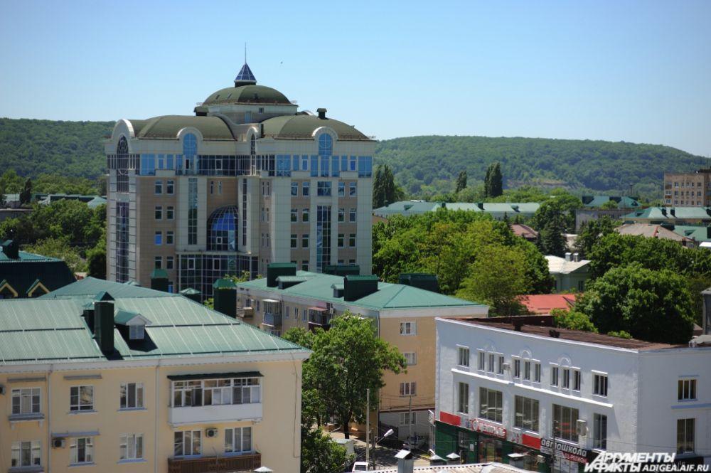 Здание Адыгейского госуниверситета в центре города.