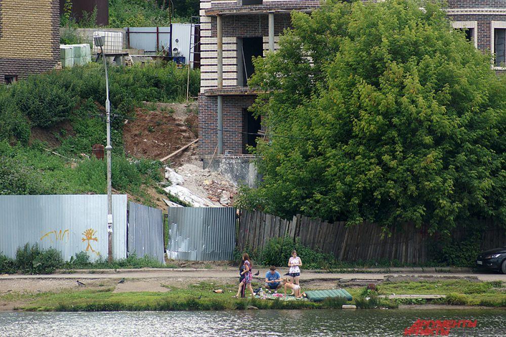 Несколько компаний оккупировала дальние места - на другом берегу рядом со стройками.