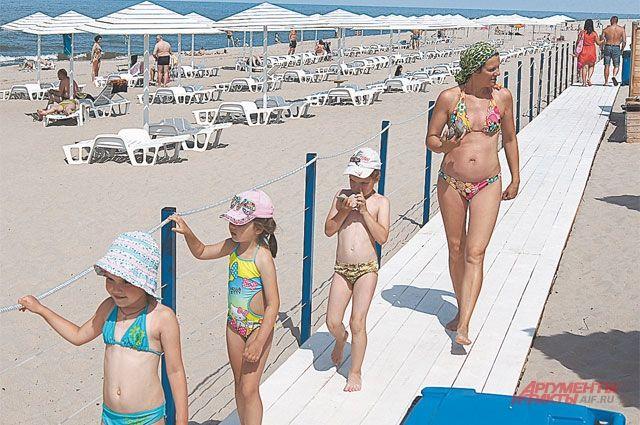 Длина обустроенного пляжа 300 м, ширина – 200 м. Песок ежедневно просеивают и очищают от мусора.